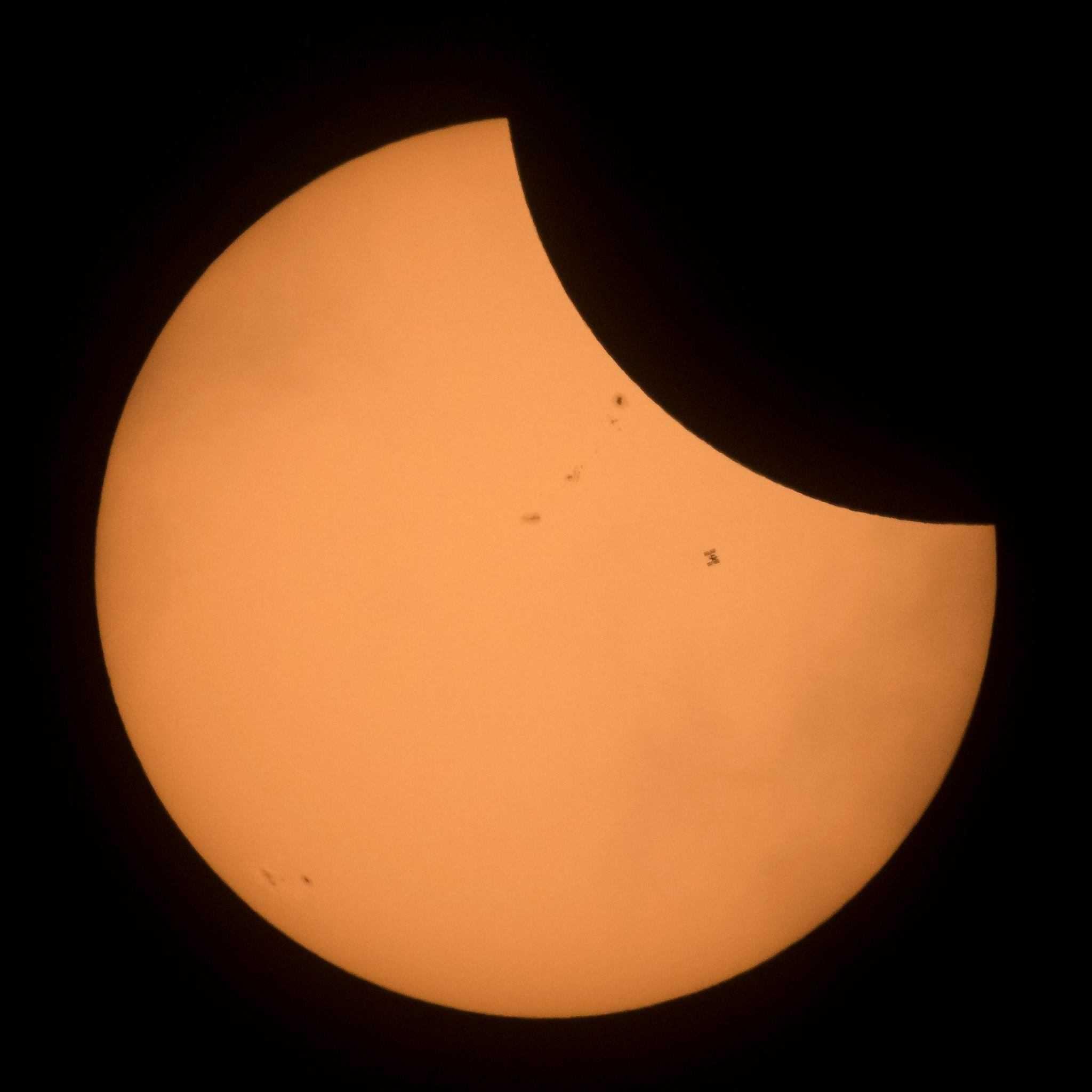 La ISS pasando por delante del sol en el momento del eclipse