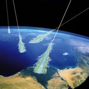 Rayos cósmicos penetran en nuestra atmósfera y crean una lluvia de partículas secundarias. Crédito de la ilustración: Simon Swordy ( U. Chicago ), NASA